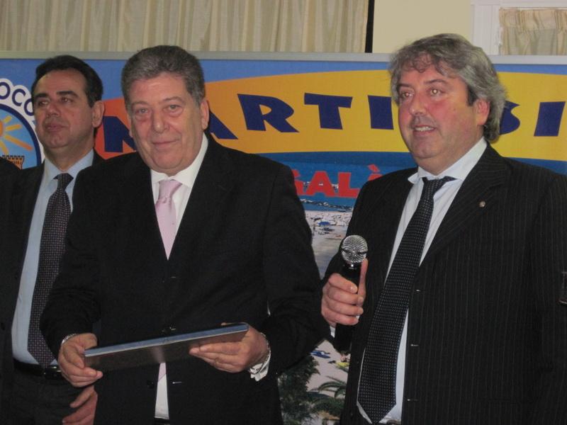 Il tenente colonnello Guido Sgargarella riceve il premio dall'assessore provinciale Renato Rasicci